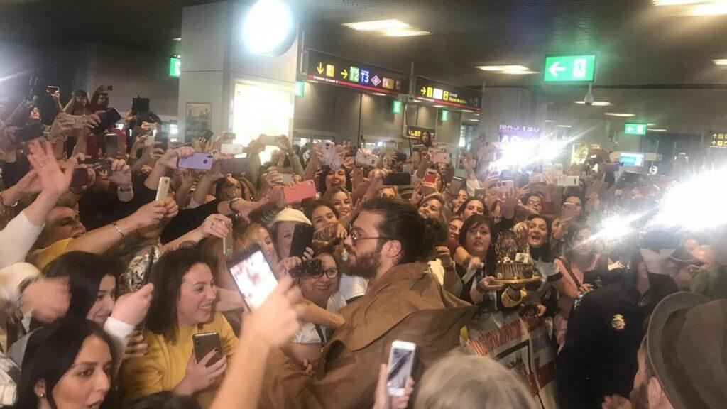 Can Yaman en el aeropuerto de Madrid en España