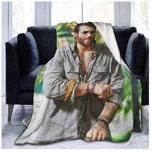 Manta Can Yaman con la imagen del actor turco, medidas 153,127 cm.